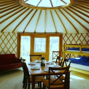 À l'intérieur d'une des yourtes du Centre de vacances Ferme 5 Étoiles © Centre de vacances Ferme 5 Étoiles