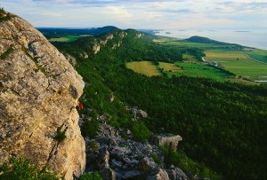 Rock climbing in Kamouraska, Bas-Saint-Laurent © Éric Saint-Pierre